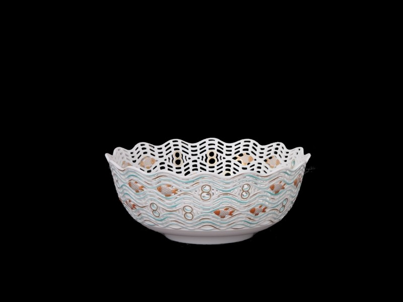 Блюдо перфорированное, рельефный декор в виде рыб