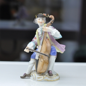 Cellist, Coloured, with gold, H 11,5 cm