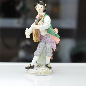 Lute player, Coloured, with gold, H 14,5 cm