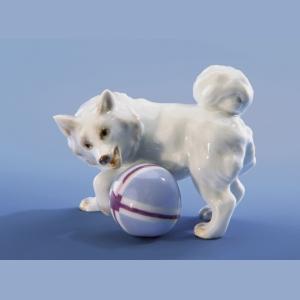 Собачка играющая с мячом