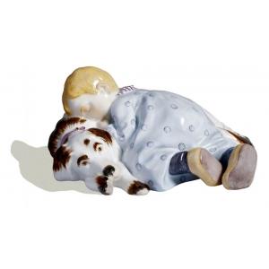 Ребенок спящий на собаке