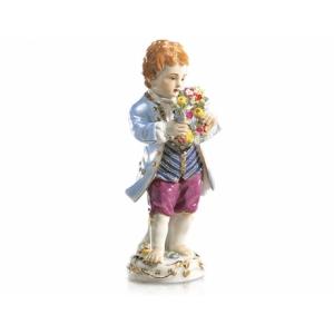 Мальчик с букетом цветов