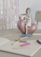 Девочка на розовых качелях