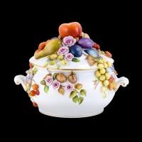 Супница, украшенная цветами и фруктами