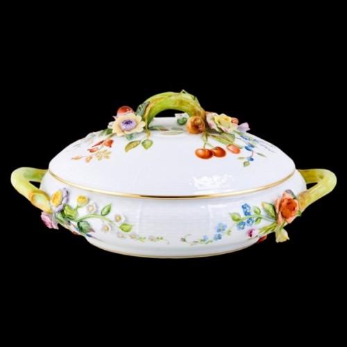 Блюдо для овощей, украшенное цветами и фруктами