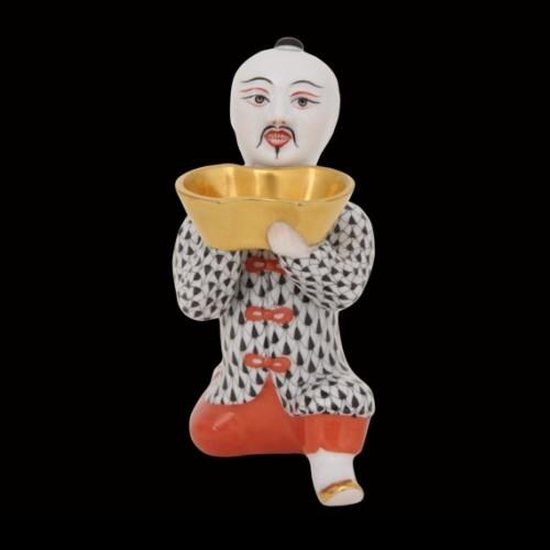 Китаец, стоящий на колене