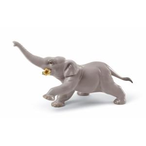 Слоненок с желтым цветком
