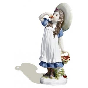 Девочка с вишней
