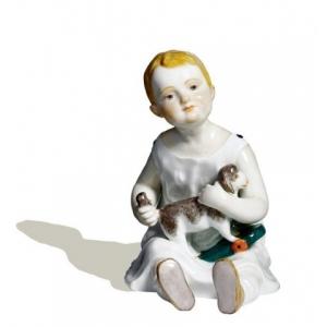 Ребенок сидящий с овечкой