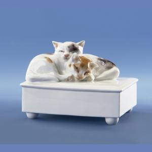 Кошки на комоде