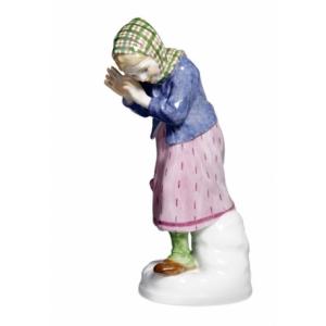 Девочка закрывающаяся от снежка
