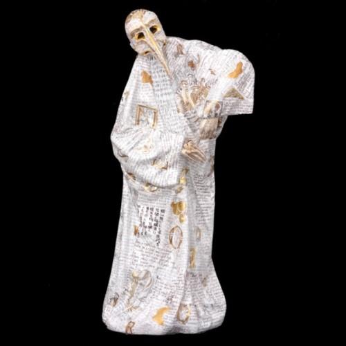 Женская карнавальная фигура в маске