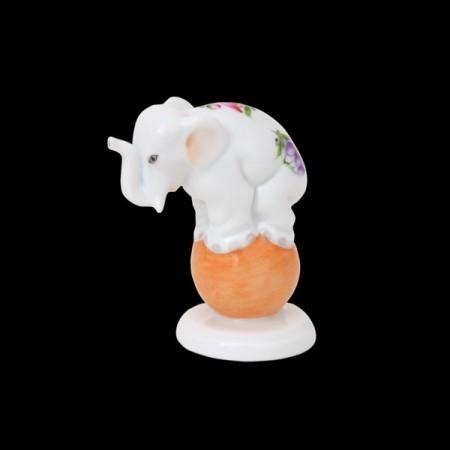 Слон на мяче