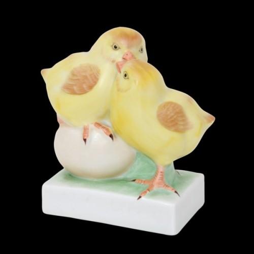 Пара цыплят на яйце